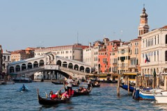 gondolas, dondoliers, Rialto Bridge/Ponte di Rialto, built 1591, Grand Canal, Venice, Italy, Europe